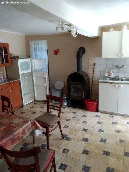 Kis családi ház nagy telekkel eladó