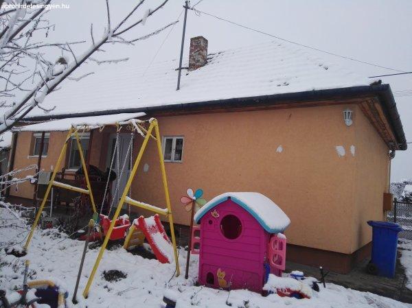 Két ház egy portán