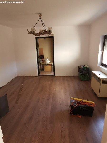 Eladó teljes belső átújításon átesett ház.