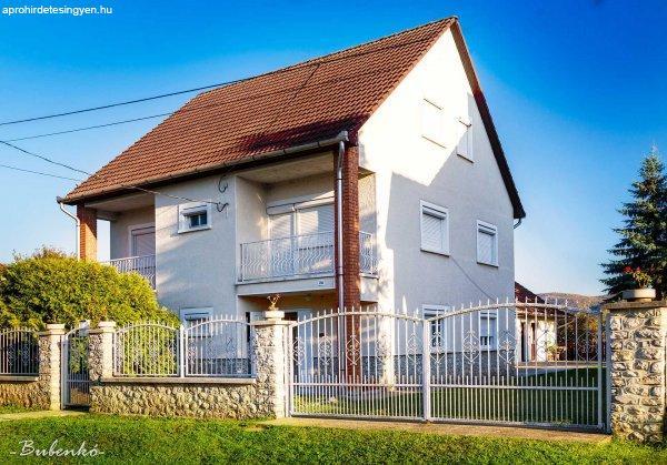 Szögliget községben csendes nyugodt környezetben családi ház