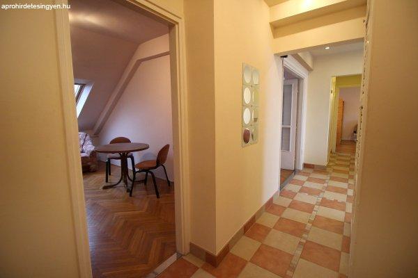 Kecskeméten a Csongrádi utcán eladó 3 szobás lakás, garázzsa